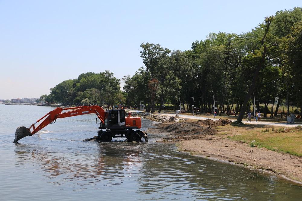 Doğu sahil bandında plaj temizliği