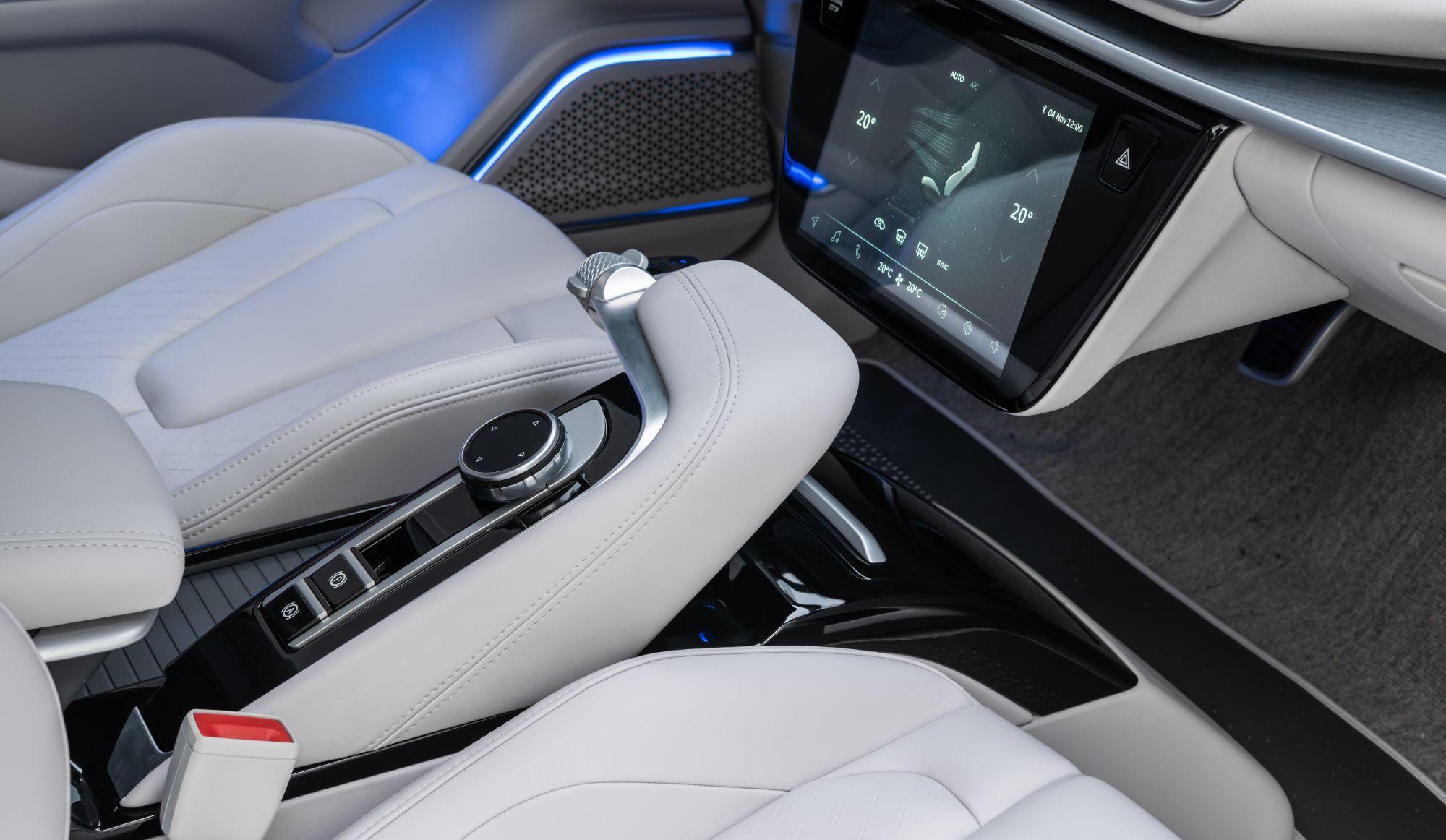 Türkiye'nin otomobilinin ön aksında yer alan bağımsız MacPherson ve arka aksında kullanılan tam bağımsız entegre süspansiyon sistemi ile sportif ve dinamik sürüş hissi, mükemmel yol tutuş ve sürüş konforu arasında ideal denge kullanıcının kontrolünde olacak.