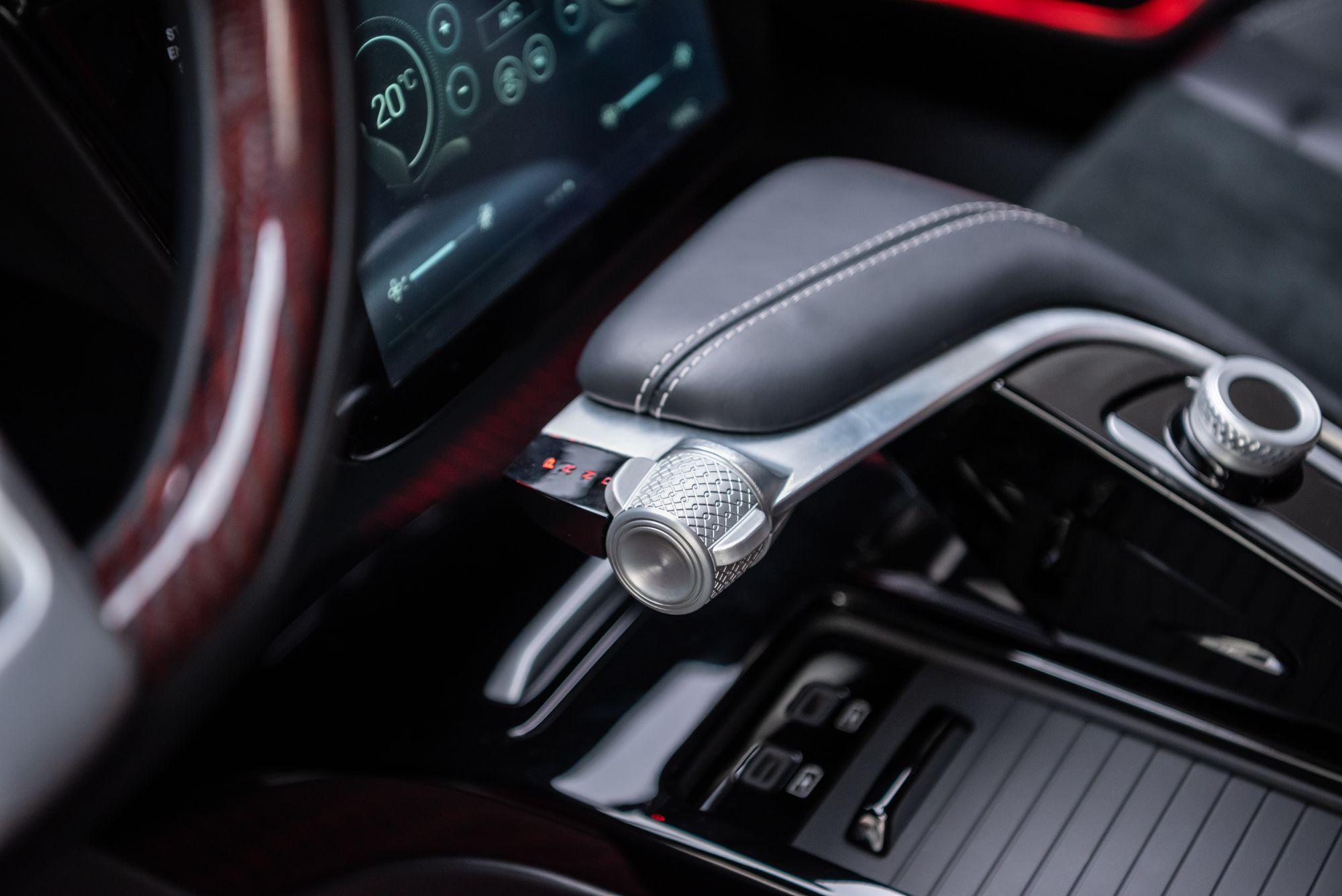 Otomobil 0 -100km/saat hızlanmasını 200 beygir güç sunan motor seçeneğinde 7,6 saniyede, 400 beygir güç sunan motor seçeneğinde ise sadece 4,8 saniyede tamamlayarak rakipsiz ivmelenme performansını etkileyici bir sessizlik ve enerji tasarrufu eşliğinde sunacak.