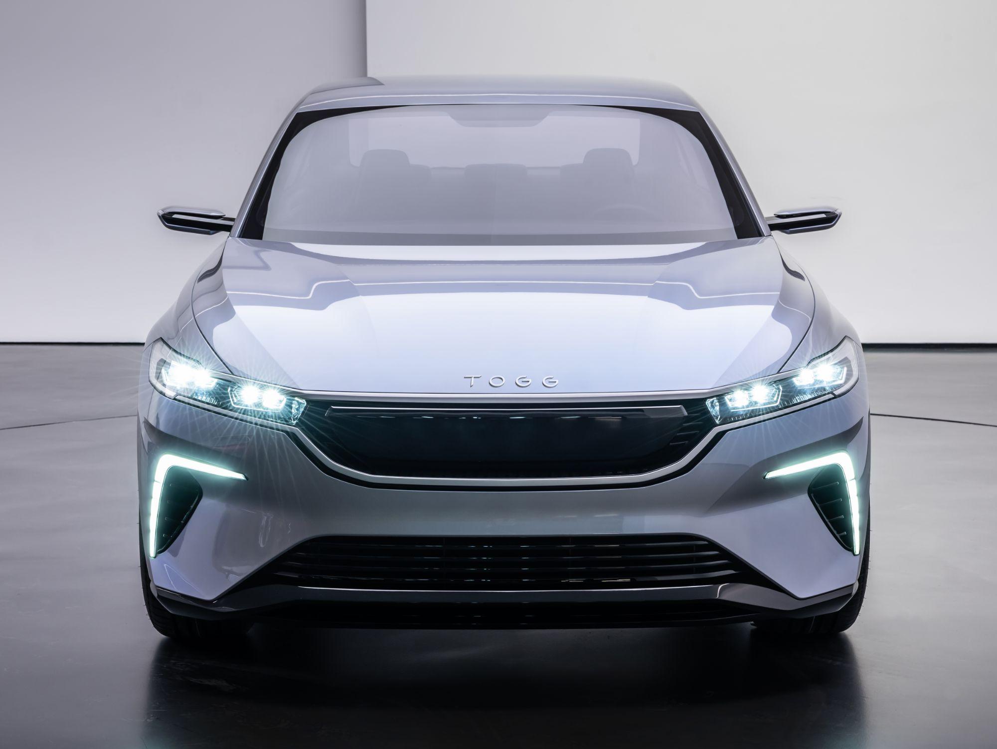 Arttırılmış gerçeklik ve 3 boyut ile zenginleştirilmiş görüntü sayesinde yol tarifi ve diğer sürücü destek sistemlerini daha kolay bir şekilde kullanarak güvenli, konforlu ve interaktif bir sürüş imkanı bulacak.